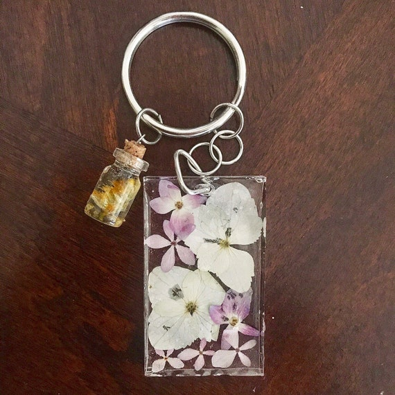 Beautiful keychain, keychain for women, resin keychain, flower keychain, keychain for girlfriend, gift for girlfriend, gift ideas .
