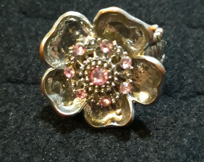 Outstanding retro floral statement ring with rhinestones