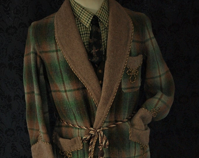 Mens Vintage  Marquis Wool Dressing Gown Robe , Smoking Jacket in a Size 40 inch medium short sleeves