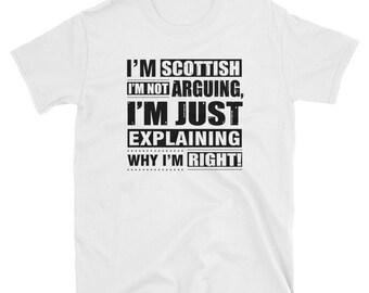 Amerikanisches Mädchen, das einen schottischen Kerl