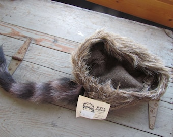 d1ee71a4d30 Davey Crockett Dan l Boone Coonskin Cap Real Fur Tail Racoon Coon Mountain  hat USA M