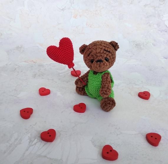 Crochet teddy bear holding a heart (mit Bildern) | Teddybär muster ... | 556x570
