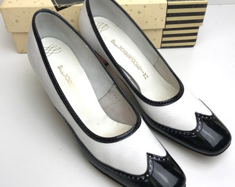 899670a7bc54 VINTAGE 60 s FLORSHEIM Wingtip Black White Pumps