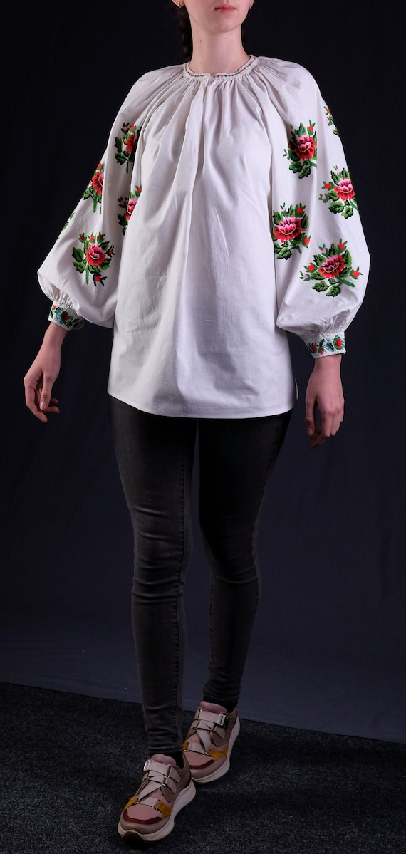 Lovely floral blouse Embrodered blouse Antique wom