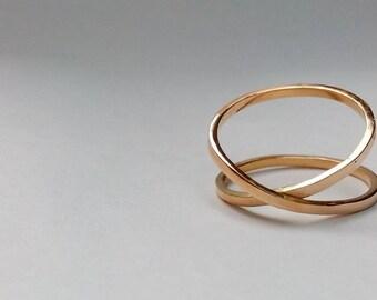 cf7f1e968ec8 Anillo de oro amarillo cruzado. Yellow gold ring crossed.