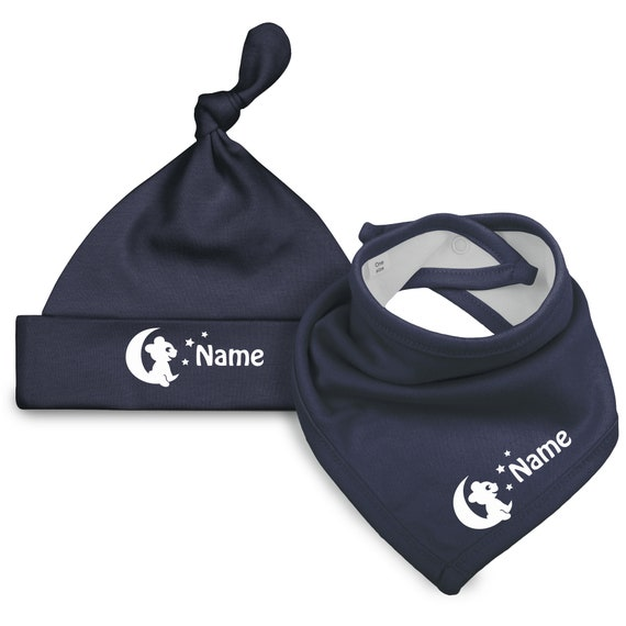 Set of baby hat (baby gun) and neckerchief-bear on moon and name of the child-in dark blue with font in white (Fair Trade)