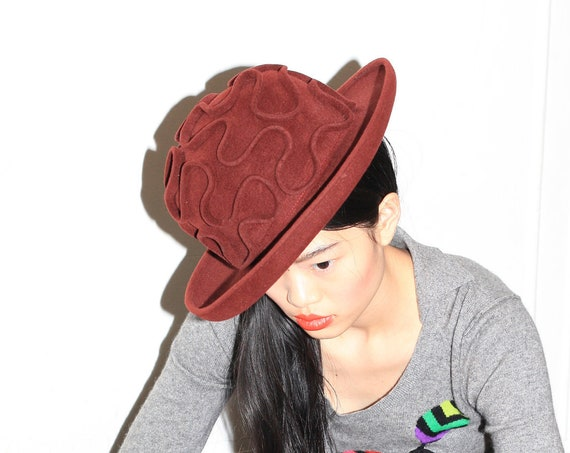 Beautiful avant garde Bergdorf Bailey Thomlin designer couture reddish brown felted wool abstract squiggly drawing 3D bowler shaped cap hat