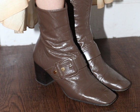 MARC JACOBS rare (US 9) vintage dark taupe brown leather high-end chic big buckle mod stacked heel fitted flattering square toe boots