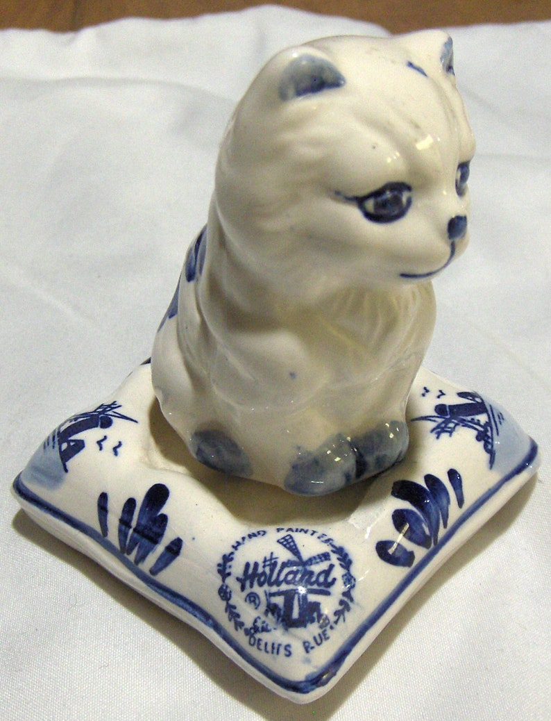 DELFTS CAT  Sitting on a Cushing