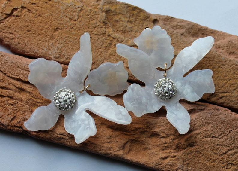 Acetate Flower drop earrings.Lily big clip on earrings.Statement wedding bridal acrylic.Floral white earrings.Chunky dangle ineaargs