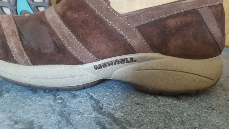 Merrell Slip-on Shoes Brown Suede Casual or Work Mules Sneaker-like Rubber Sole fits Womens 6 or 6.5 Girls size 4