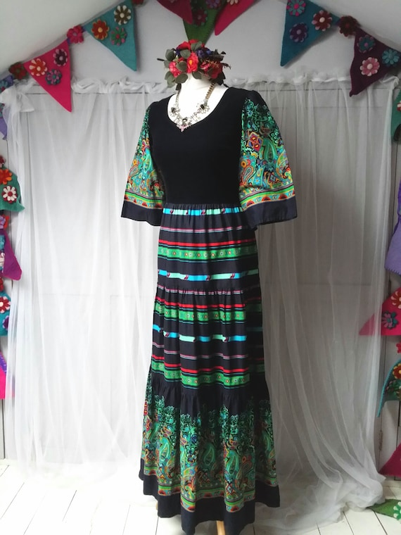Beautiful Vintage 1970s Black, Green and Red Pais… - image 6