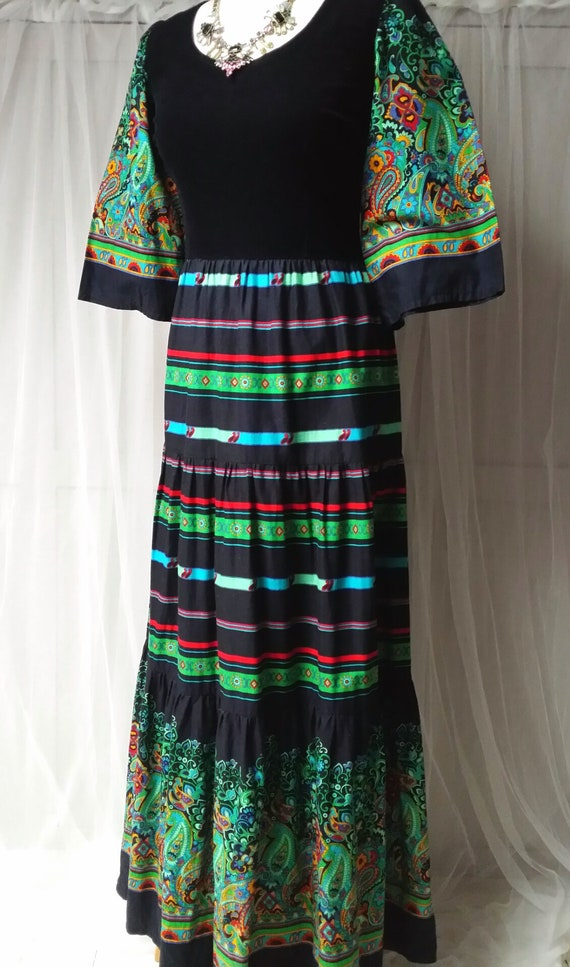 Beautiful Vintage 1970s Black, Green and Red Pais… - image 7