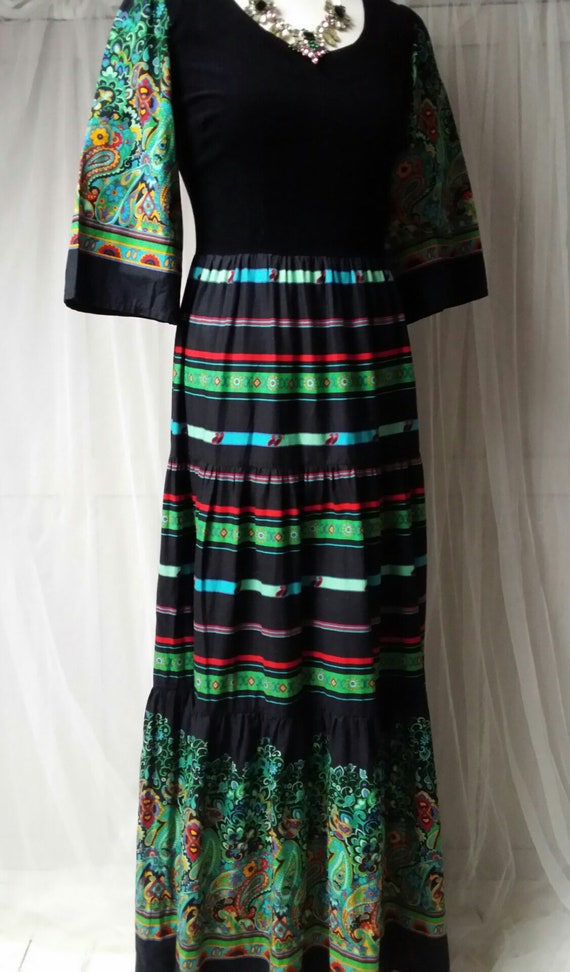 Beautiful Vintage 1970s Black, Green and Red Pais… - image 9