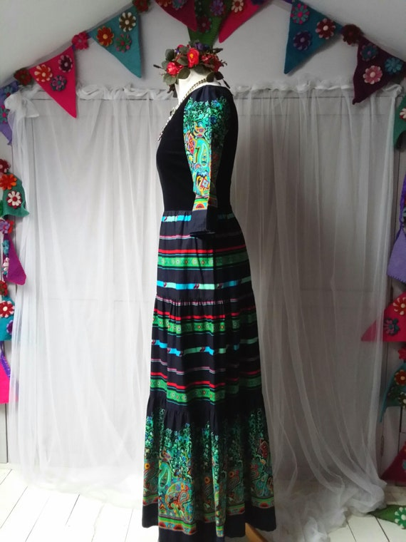 Beautiful Vintage 1970s Black, Green and Red Pais… - image 8