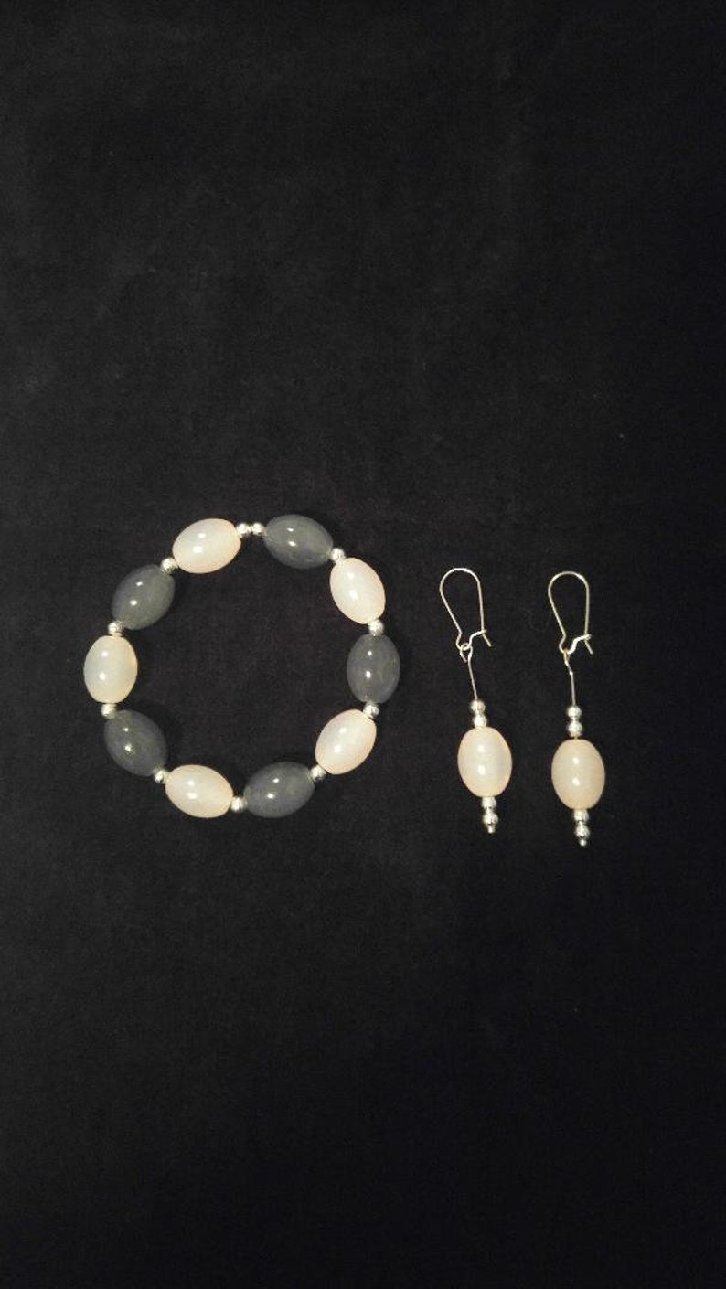 Simulated Rose Quartz Beaded Bracelet /& Earring Set Gray Glass Beads Silver Tone Beads.