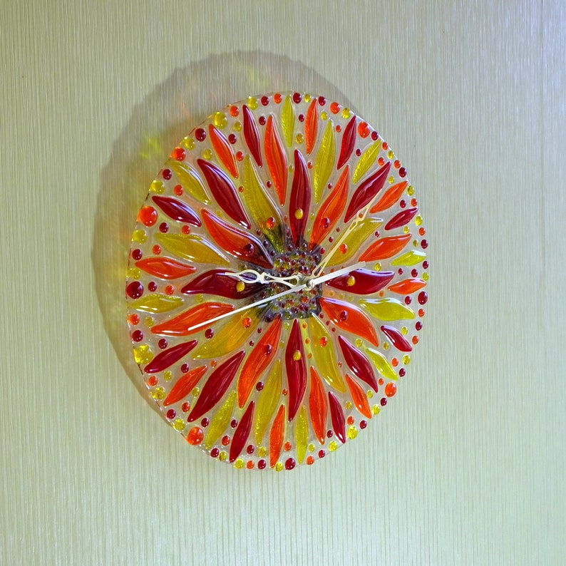 Horloge murale faite à la main. Fleur ensoleillée. Fusion de verre.
