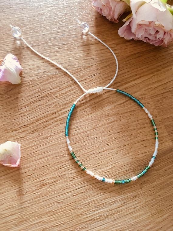 Adjustable bracelet in green woman beads