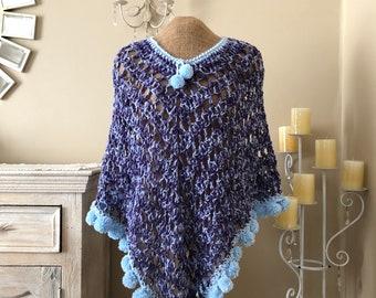 fc5a159209a Crochet poncho pompon mauve et bleu layette, tricot poncho avec frange pom  pom en bleu et violet, au Crochet poncho avec frange pompon à la main