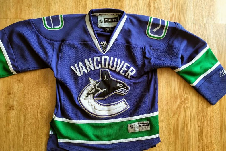 official photos 8ab1f bc3fa Youth s/m (women's XS) Vancouver canucks jersey