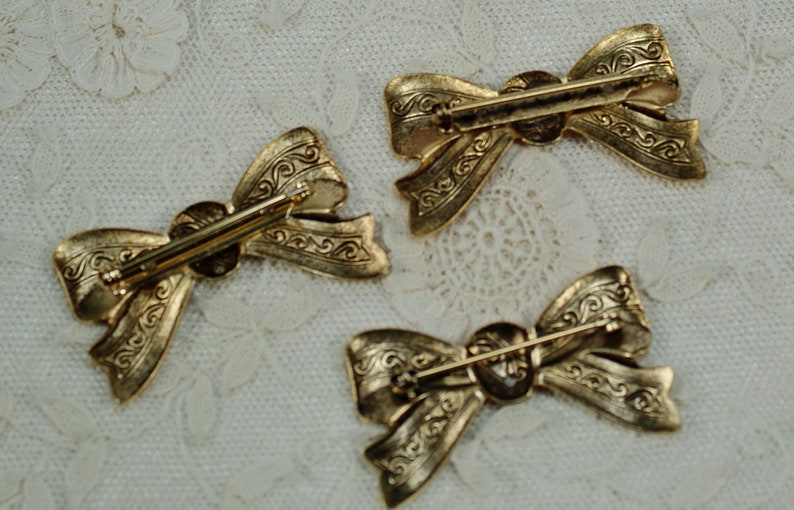 Medium Gold Bows with Streamers DIY Bow Assemblage Couture Bow PinPendants 1 pc Vintage Brass Bow Pin Stampings Bow Pin Accessories