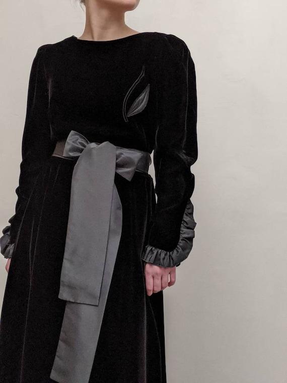 fink modell: pitch black velvet dress vintage goth