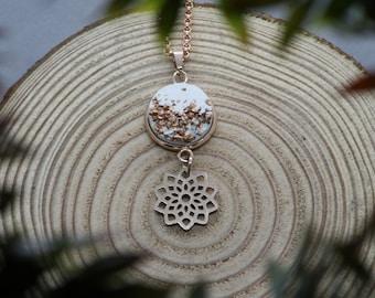 Betonhalskette mit langlebigen Edelstahl in Roségold und einer Blume (Mandala) als Anhänger