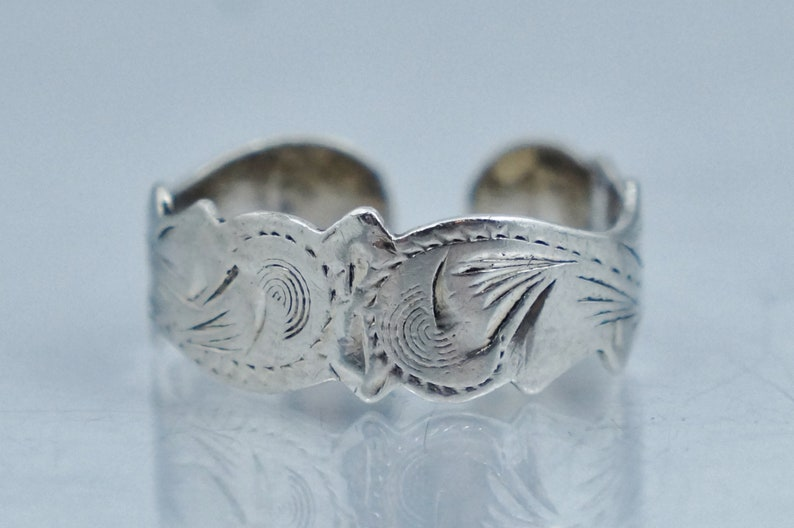 925 sterling silver adjustable toe ring with ribbed design