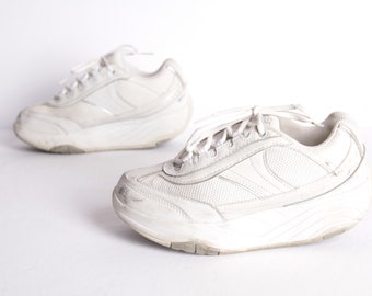 9865bfa3617 vintage WHITE platform tennis shoes chunky DAD shoes -- made by Skechers  late 1990s -- women s size 7