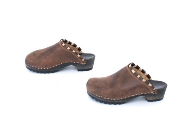8bbdea9f9805c vintage women's LEATHER brown CLOGS size 8 us women's slides with contrast  trim -- great condition!
