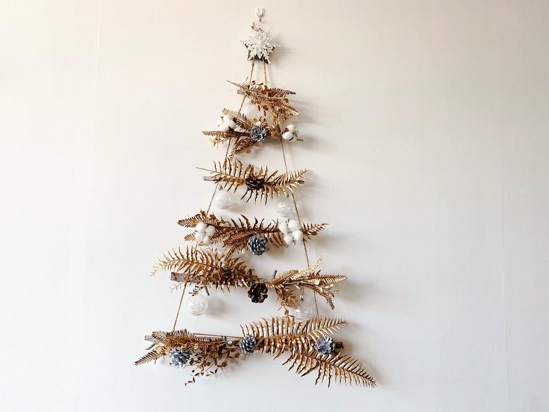Arbre de Noël de mur en bois avec des accents dor arbre image 0