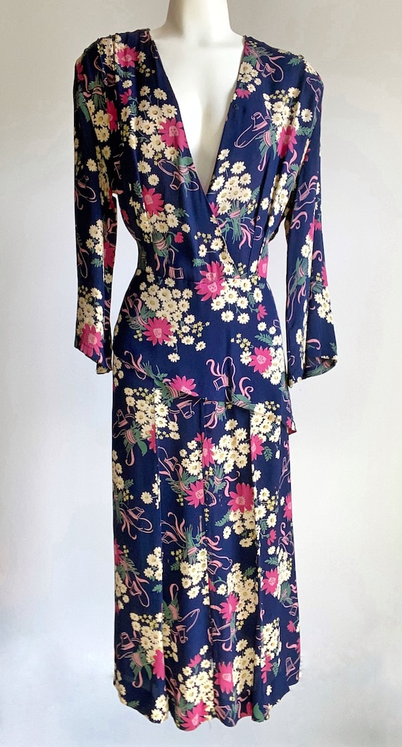 1930s Novelty Print Hat & Floral Dress with Peplum - image 2