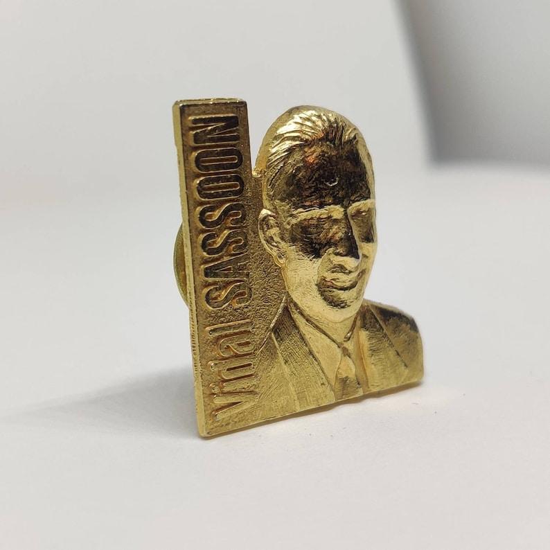 Vidal Sassoon 3d gold tone pin badge Hairdresser hairstylist barber shop retro vintage.