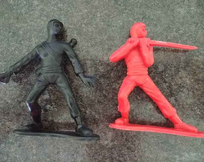 Rare plastic lot of 2 Army Men red and black plastic Ninjas Ninja Men 1971 Greenbrier International Inc. Toys retro vintage