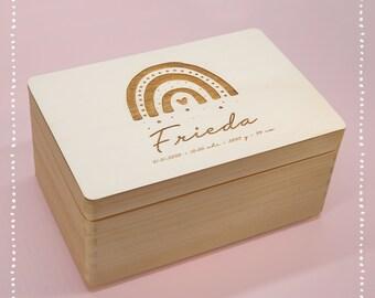 Personalisierte Erinnerungskiste Baby, Holz, Holzkiste, Holzbox, eingravierter Name Aufbewahrung Kinder Geschenk zur Geburt Taufe Regenbogen