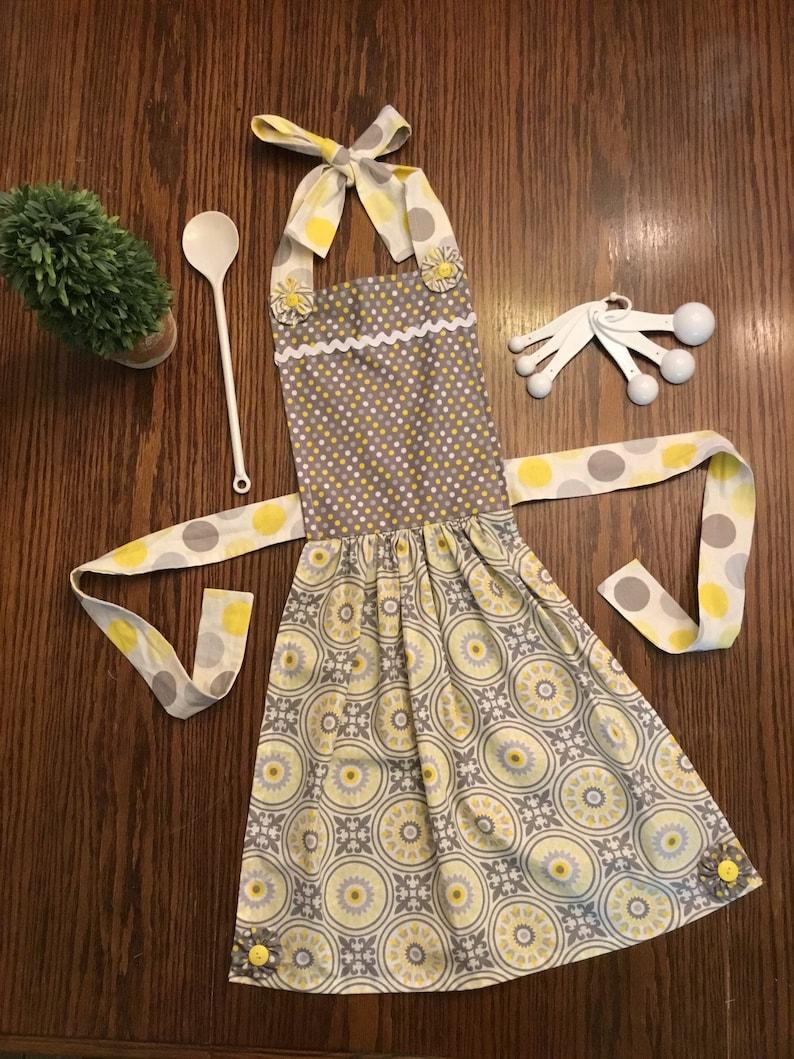 Child/'s Apron in yellowgray polka dot