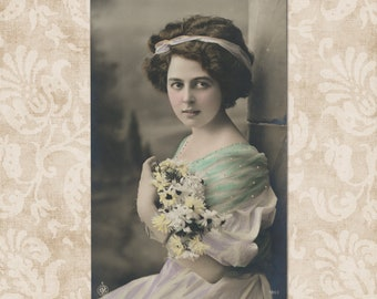 Charming lady with a bunch of marguerites - Original vintage postcard from the early 1900's.