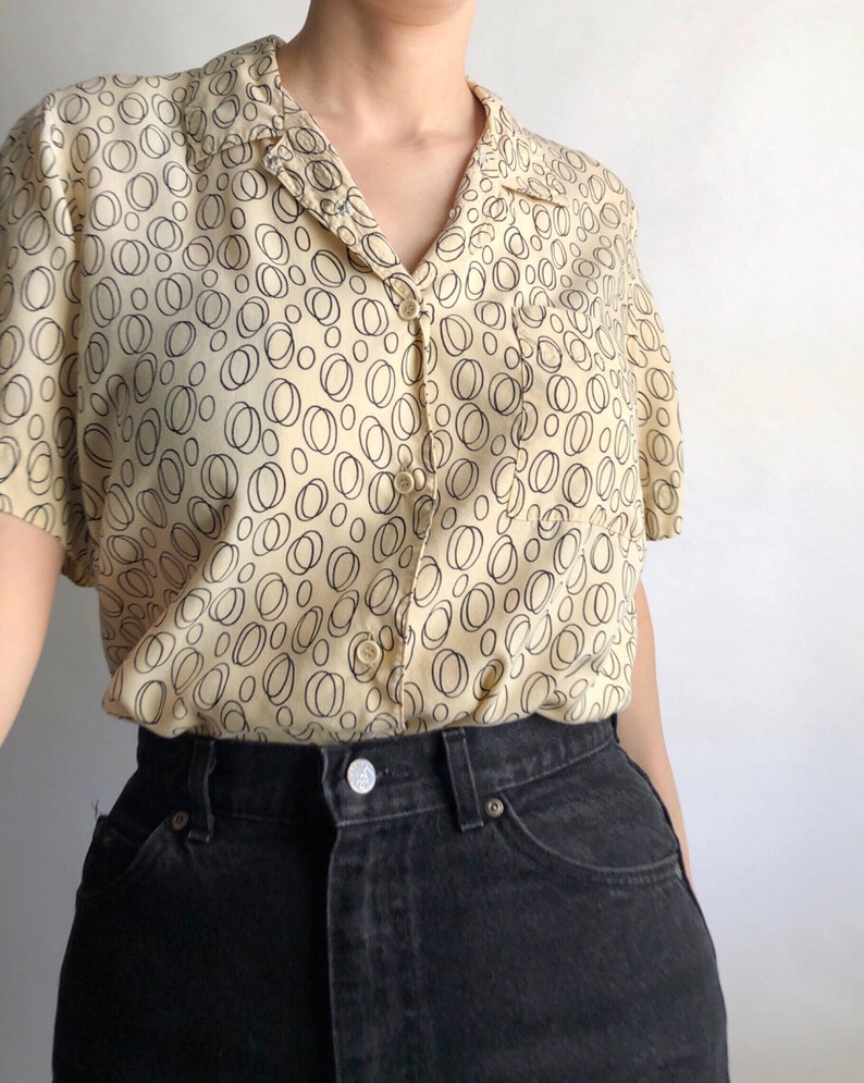 Vintage pale yellow short sleeve shirt in a black scribble circle print