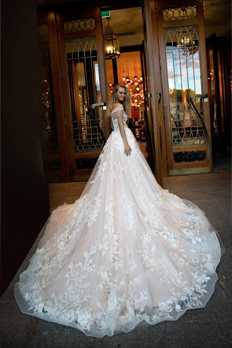 66fb26c9dc96 Abito da sposa glamour Jane da Olivia Bottega con trail.