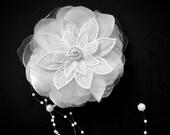 White bridal hair comb, bridal hair accessories, wedding hair pin, hair vine, white flower comb, wedding flower