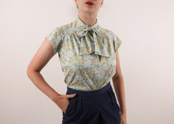 1970's Floral Blouse/Pussybow Blouse/1970's Pussyb