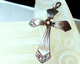 Pendant cross 835/000 silver, vintage 70s, 3.5 x W.2.5 cm. Eyelet guide for chain Ø. 4 mm. Maxim H. 3.5 x W. 2.5 cm. Noble silver design.