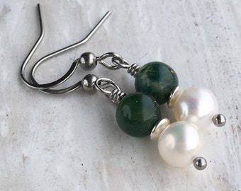 Earrings of freshwater pearls and green moss agate to a stainless steel earring hook (hypoallergenic)