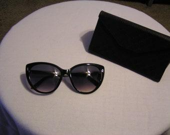 cb4cc8207ee Vintage Gucci Sunglasses   Case