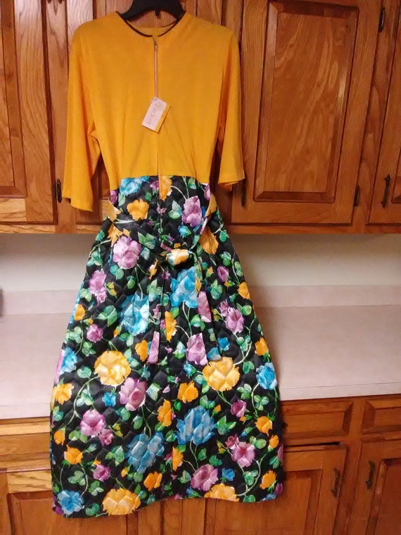 VINTAGE quilted hostess / lounge robe dress NEW