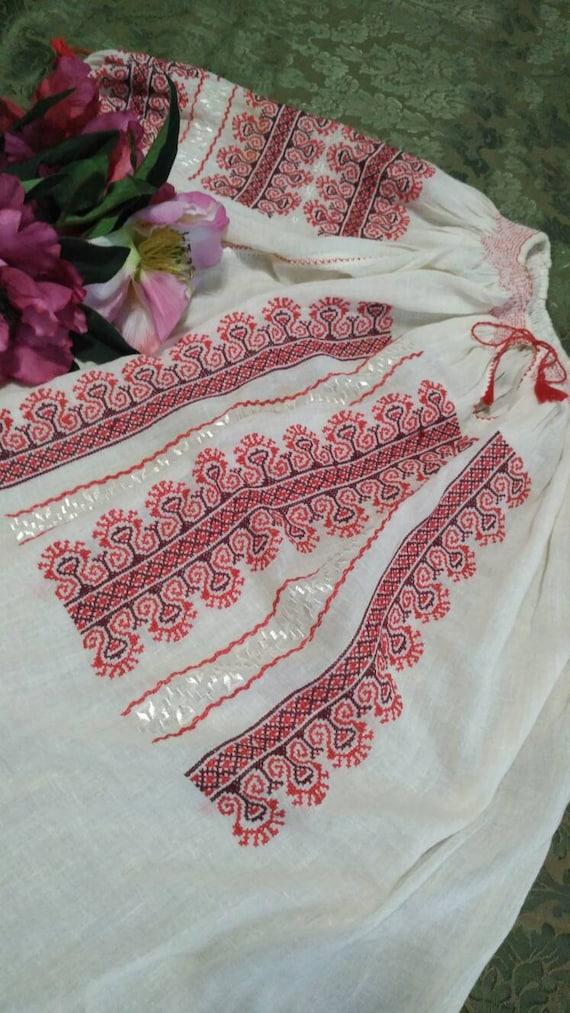 LOVELY!! Romanian handembroidered Blouse ~ Vintage
