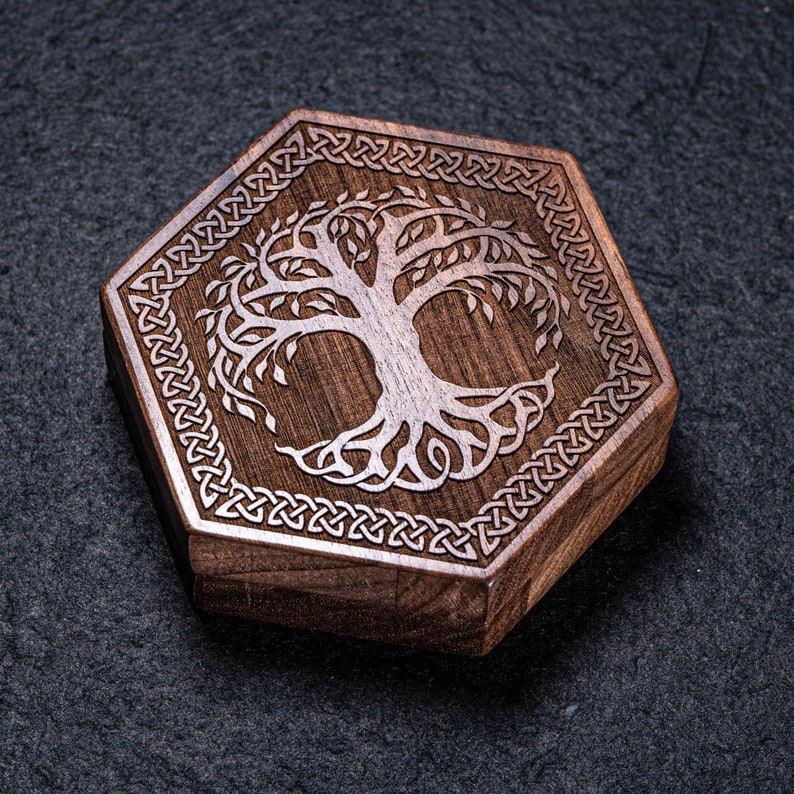 Engraved Walnut D/&D Gaming Dice Box DnD Dice Set Box Gift Box Wood Box Personalized Dice Box Dungeons and Dragons Hexagon Dice Box