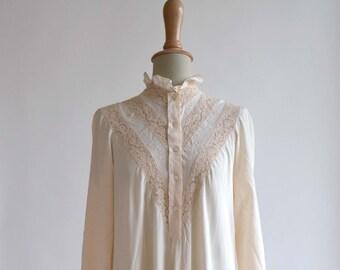 ae0b3601538f79 1940  s geborduurde jurk in zijde en katoen kant