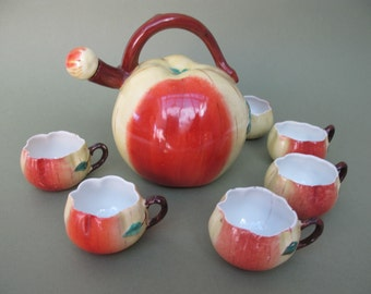 Adorable apple-shaped dabbling liqueur set, the carafe and its 6 buckets