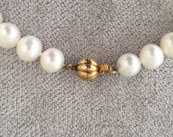 Beautiful vintage single strand Cultured Pearl Necklace with 9ct Gold Clasp